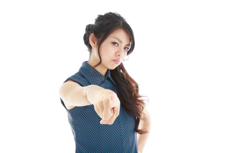 指さす女性