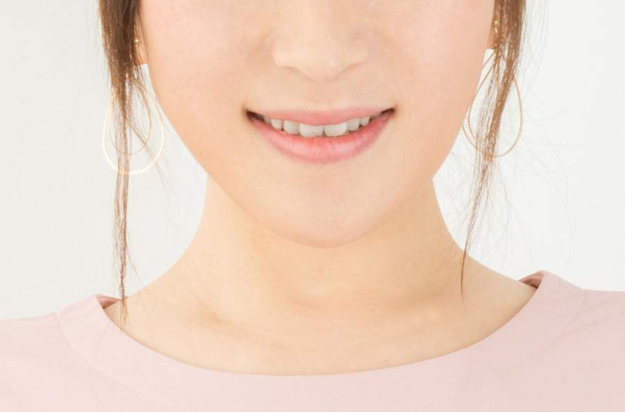 笑顔を作る女性