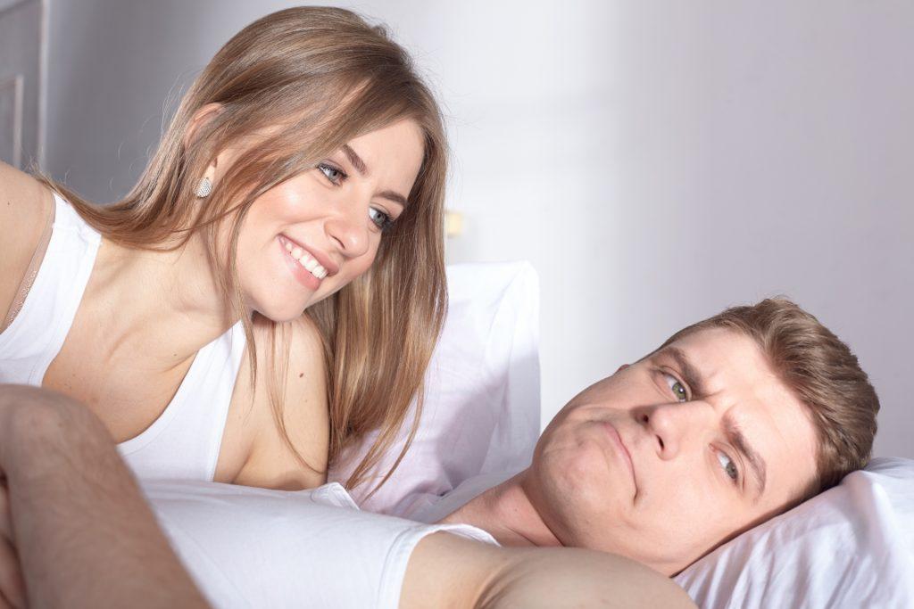 夫に甘える女性