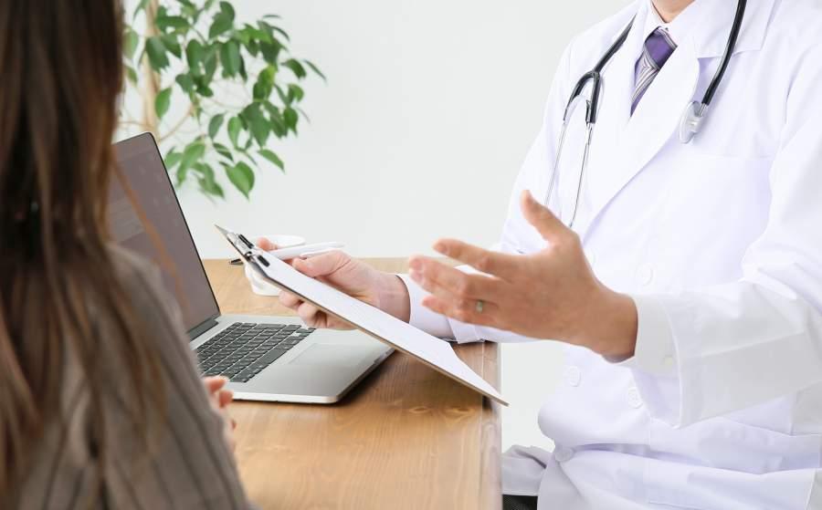 医師の説明を受ける女性