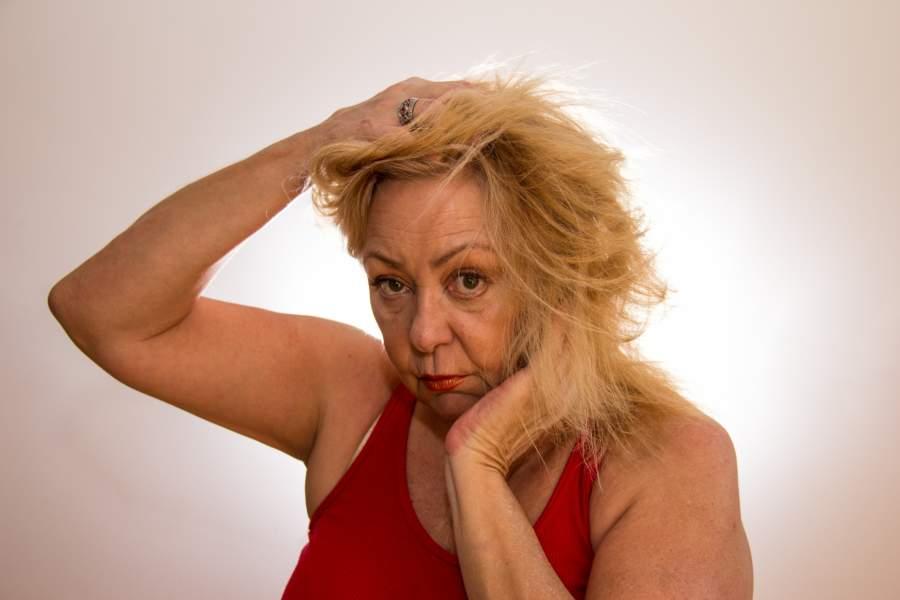 髪の毛がボサボサの女性