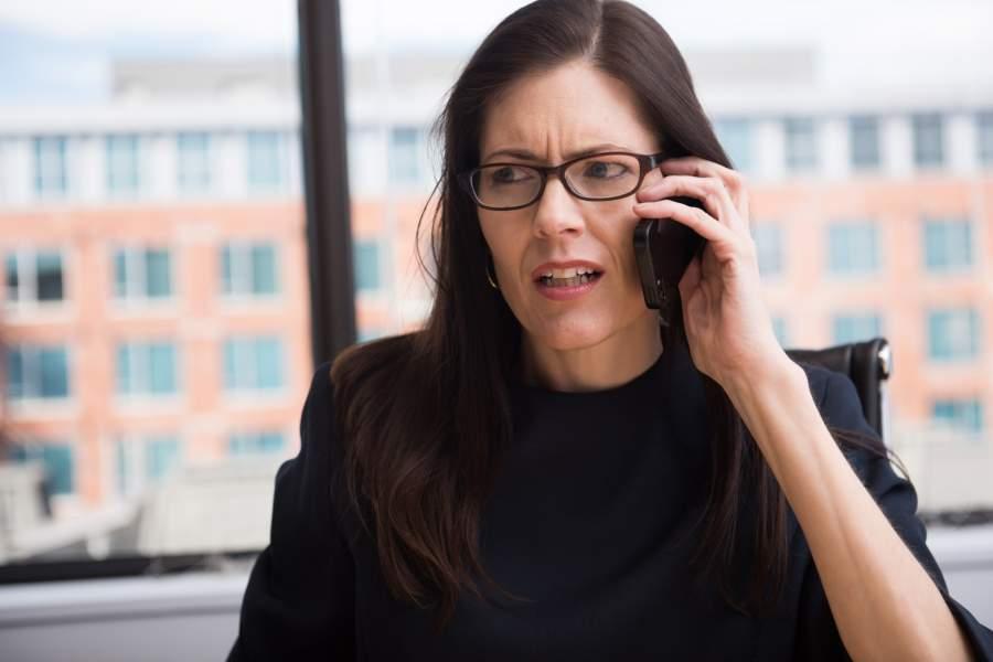 電話に出る女性