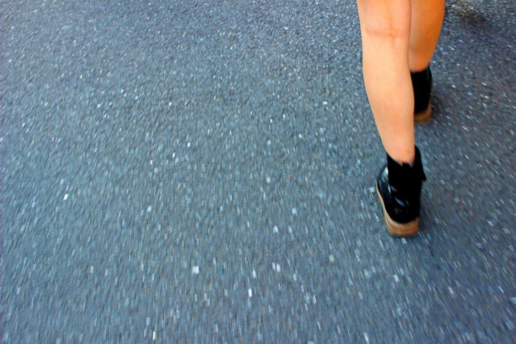 歩き出す女性