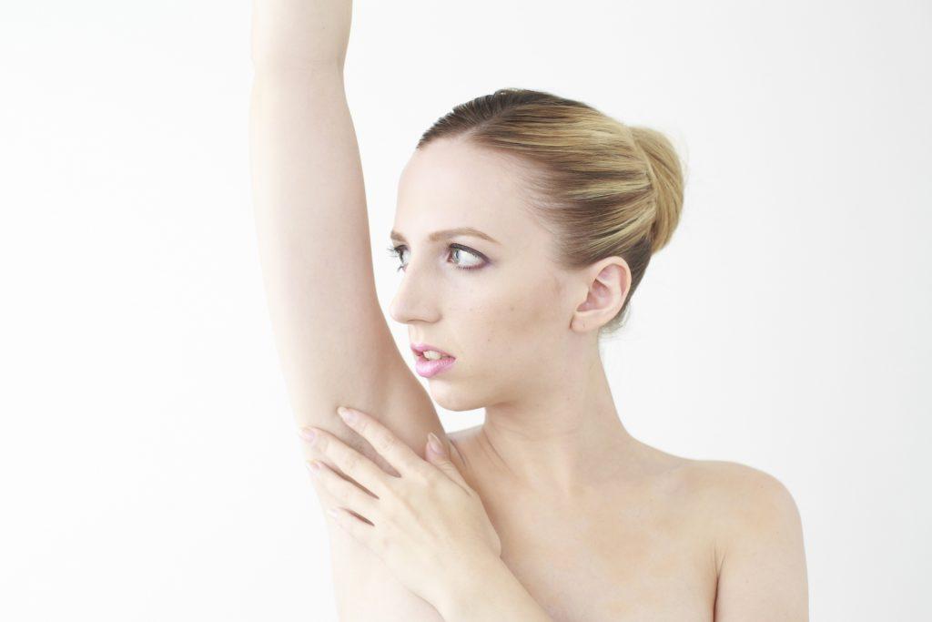ムダ毛の処理をする女性
