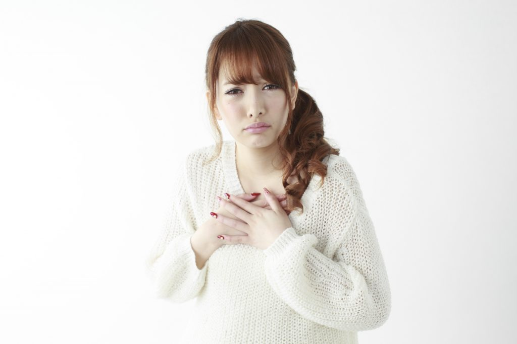 胸が痛い女性