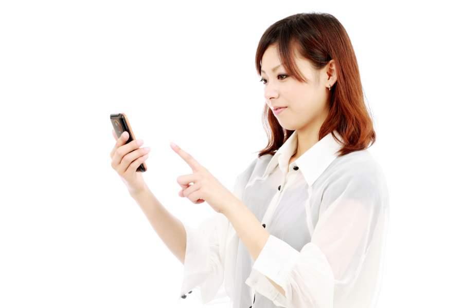 携帯電話を頻繁に利用する女性