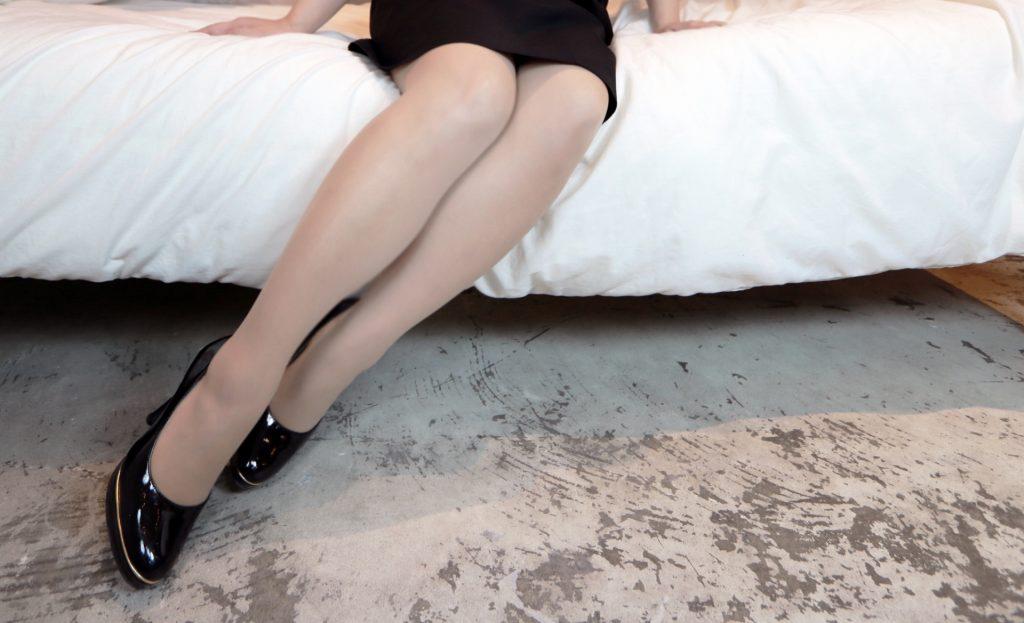 スカートをはいている女性