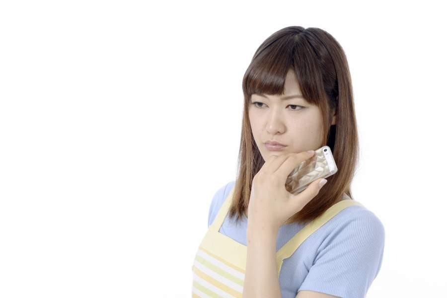 電話で心配する女性