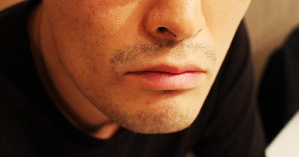 真顔の男性