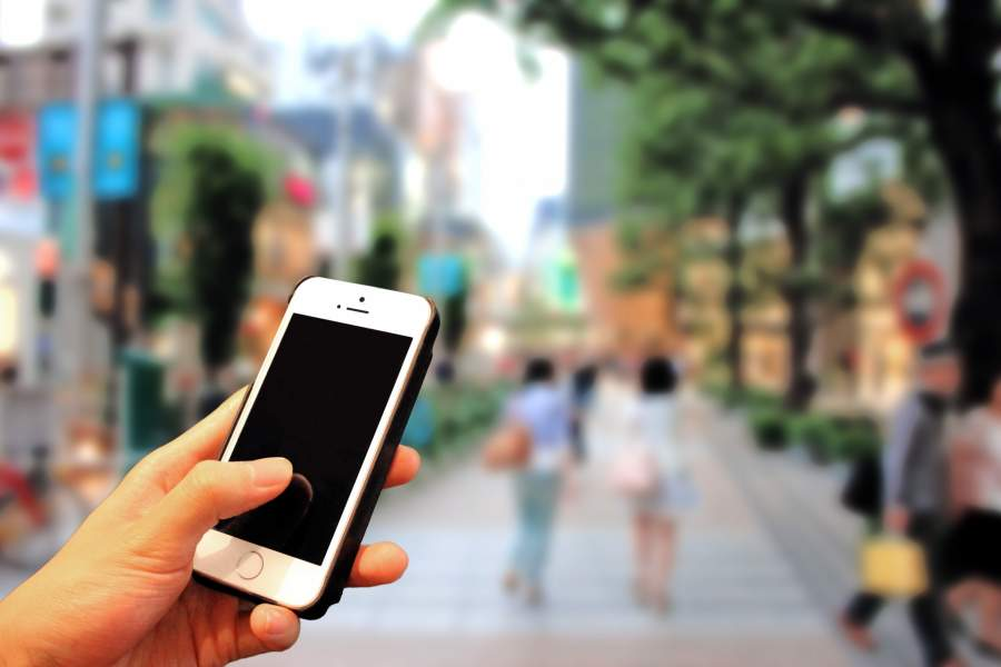 携帯と町並み