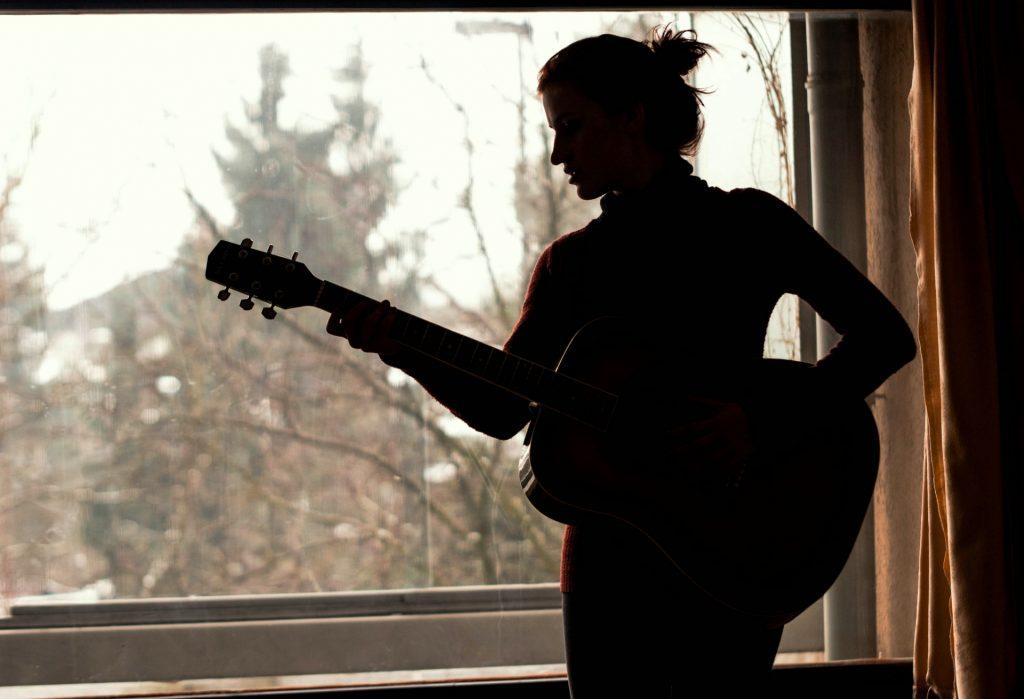 ギターを始めた女性