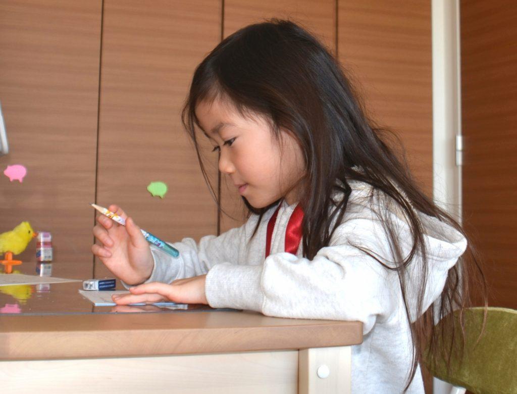 一生懸命に勉強をする女の子