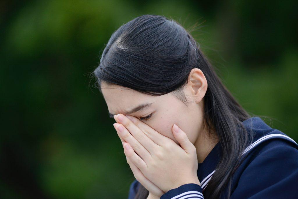 泣いている中学生