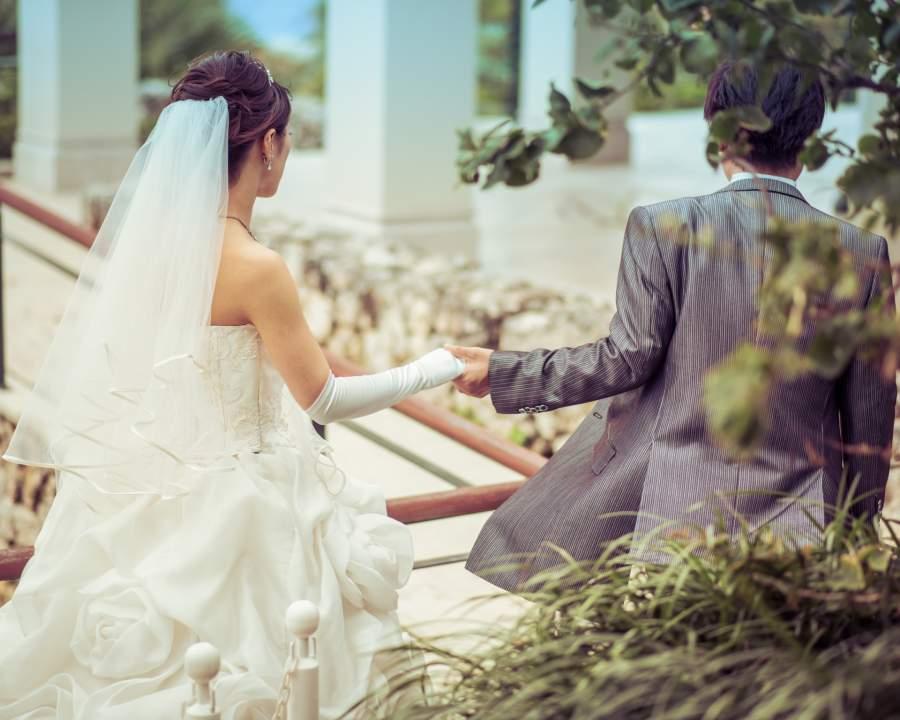 結婚をする男女