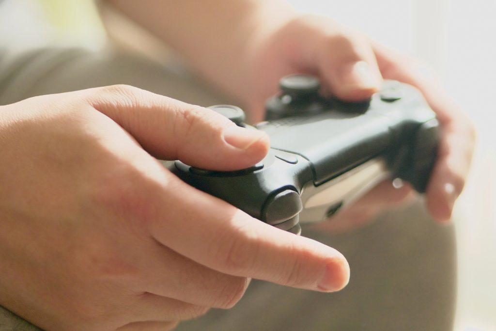ゲームをする男性