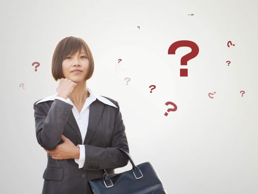 疑問を抱いている女性