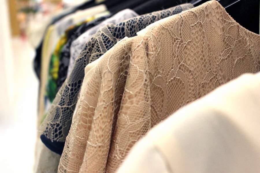 並んだ洋服