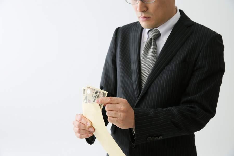 給料に満足していない男性