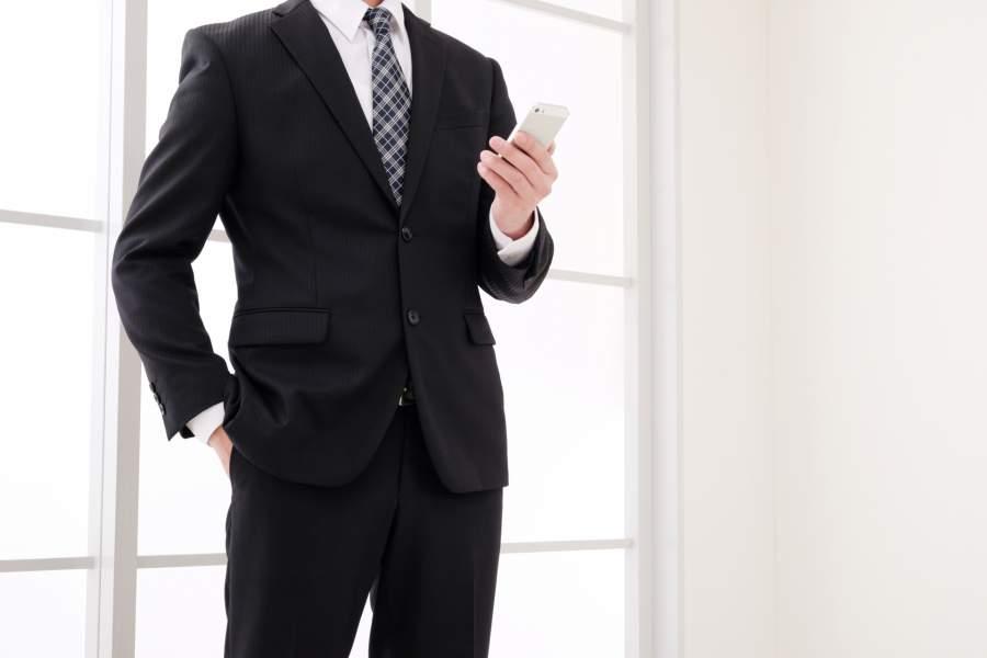 携帯電話を触る男性