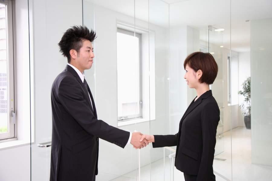 握手をする社会人