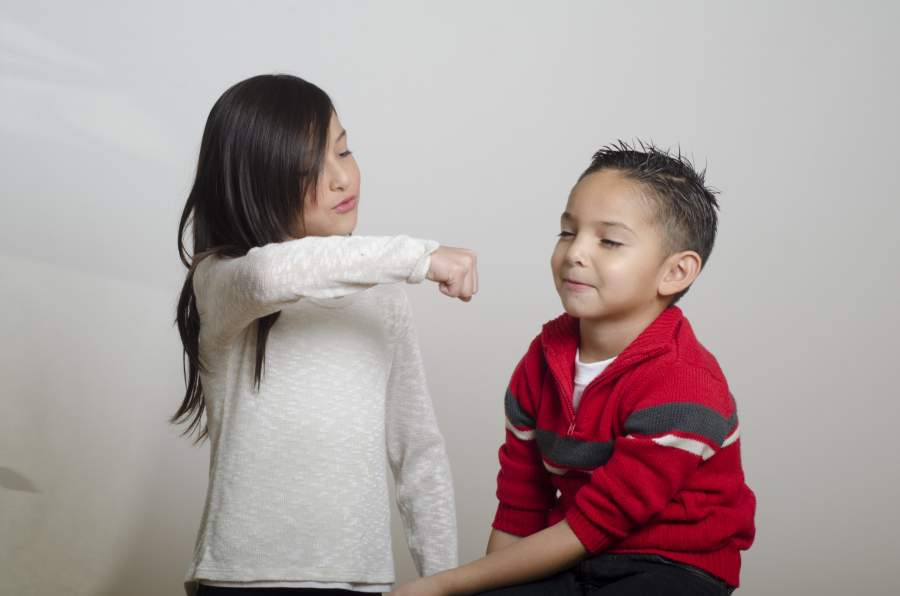 弟と遊ぶ姉
