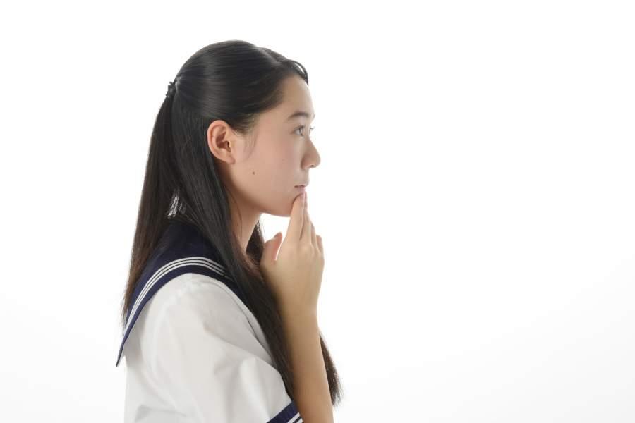 考える女子中学生