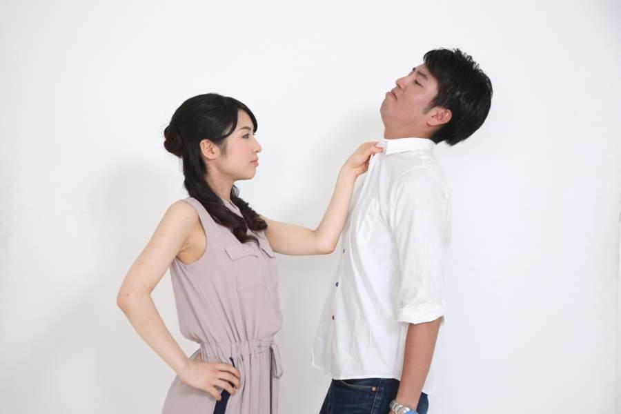 夫を問い詰める妻