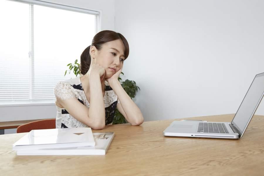 パソコンを眺める女性