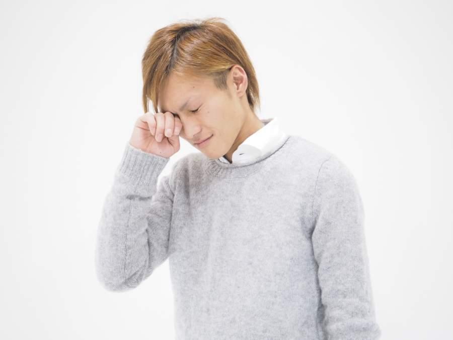 泣いている男性